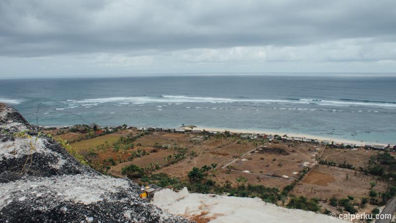 Pantai ini memiliki garis pantai yang cukup panjang