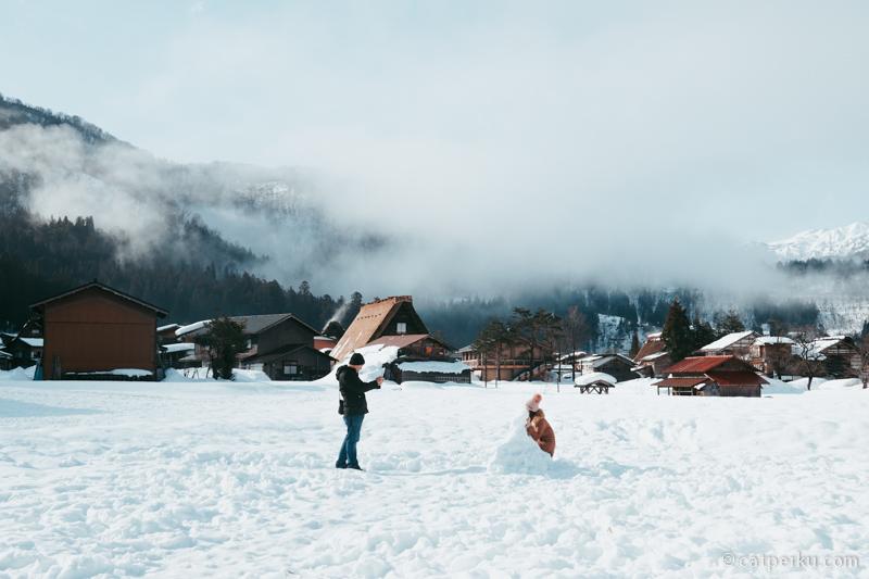 Pengunjung Shirakawa-go sedang asik menikmati tumpukan salju.