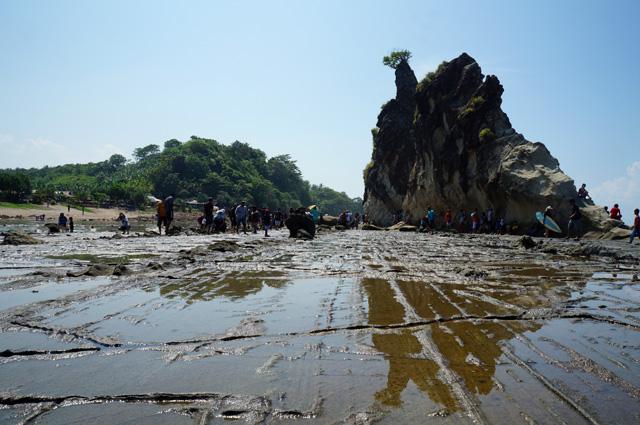 Perahu layar yang dikutuk menjadi batu? Hmmm, bisa jadi... Imaginasi liar saya saja :p