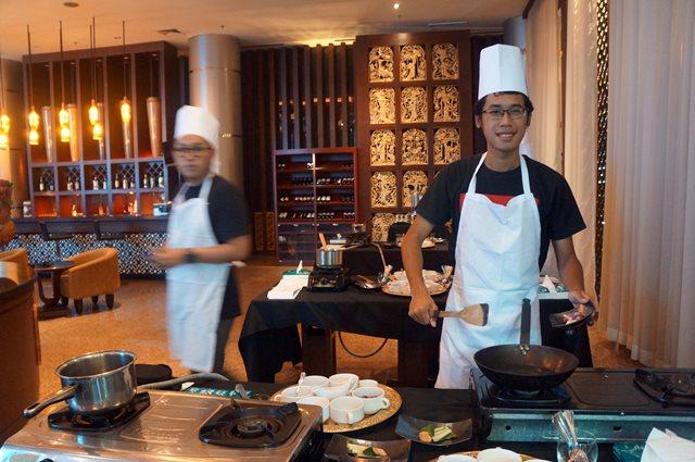 Perkenalkan, koki Fahmi sedang memasak. Tapi hasilnya enak apa enggak tanggung sendiri ya...