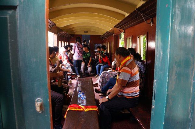 Salah satu gerbong Kereta Api Uap Jaladara ini terlihat ramai. Karena ini merupakan salah satu aktifitas seru ketika liburan di Solo.