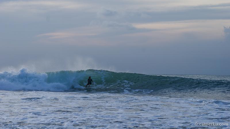 Saya suka dengan Pantai Bingin Beach Bali karena hiburan gratis ini. Ada banyak surfer yang menantang ombak pantai ini.