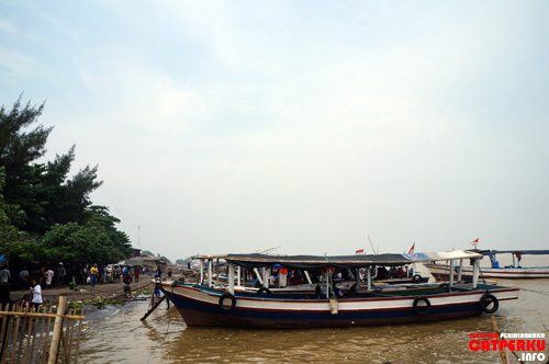 Kapal nelayan yang masih kosong menunggu penumpang yang akan menyeberang