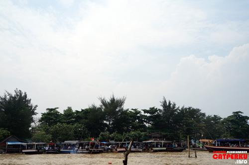 Di Tanjung Pasir, berjajar kapal yang mengantre untuk dipenuhi para penumpang.