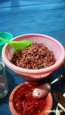 Makan nasi merah yang unik...