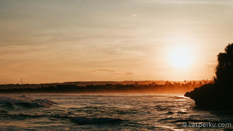 Kira - kira bakal seperti ini nih, pemandangan matahari terbenam dari Nusa Dua :D