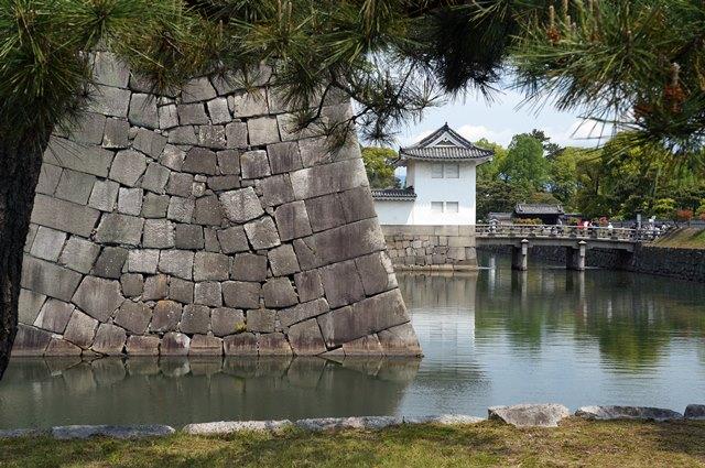 Sungai yang mengelilingi kastil ini berfungsi sebagai pertahanan pertama dari para penyerang.