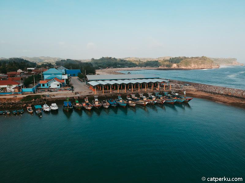 Tempat pelelangan ikan yang berada tak jauh dari Pantai Tambak rejo.