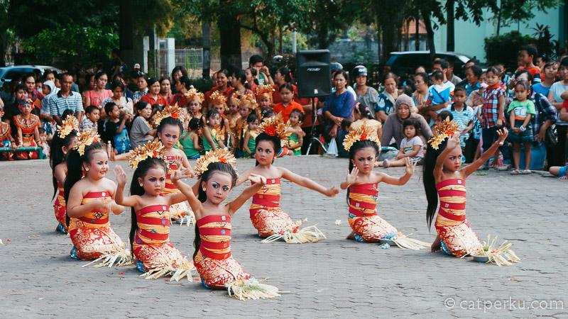 Tiap hari Sabtu atau Minggu sore, biasanya panggung di Lapangan Puputan Badung ini akan diisi dengan berbagai pementasan seni.