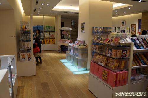 Barang yang paling ingin saya beli ketika berada di ruangan ini adalah bantal lucu bergambarkan Doraemon, berwarna biru. Enggak tahan aja liat gambar doraemon yang lucu ada di bantal XD