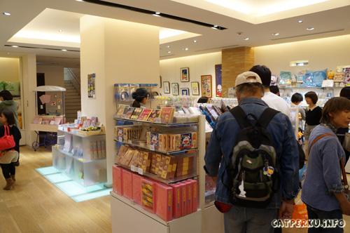 Inilah ruangan untuk berburu pernak - pernik lucu yang ada karakter Doraemon di museum Fujiko F Fujio. Saya yang awalnya pengen ngirit ketika traveling di jepang pun, tergoda dengan semua pernak - pernik lucu di ruangan ini. Seakan mereka bilang, beli aku, bawa aku, beli semua... arrrgh~~