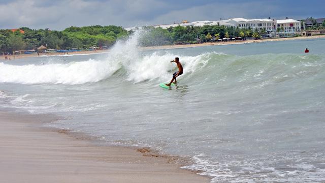 Untuk menjadi pro-surfer harus sering brelatih. Yang seperti ini tidak bisa dilakukan oleh pemula seperti saya.... : 