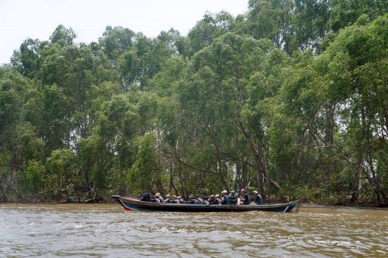 Untuk menuju ke Pulau Kaget harus menggunakan perahu seperti ini