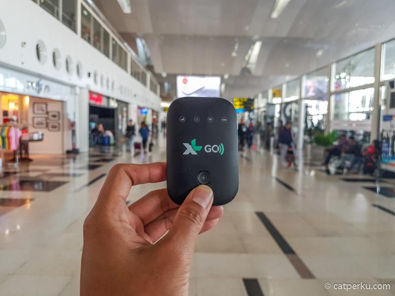 XL GO Izi ini apa sih sebenarnya?  Ini Modem MiFi (Modem WiFi) XL 4G sedang saya pakai ketika berada di Bandara Kualanamu Medan.