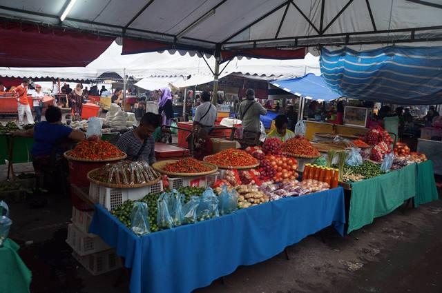 Yang dijual, nggak beda dengan pasar tradisional di Indonesia.