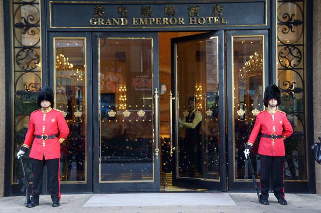 Jangan terkecoh, mereka bukan tentara Inggris ya :D Mereka ini penjaga Hotel Grand Emperror, jagain emas yang tadi kali yak :3