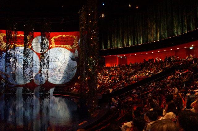 Paling tidak, sekali pertunjukan The House of Dancing Water ada seribu orang lebih yang memadati teater.