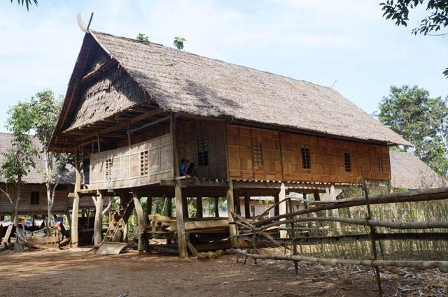 Tipikal rumah yang digunakan untuk tinggal penduduk Suku Kajang. Semuanya terbuat dari bahan kayu.