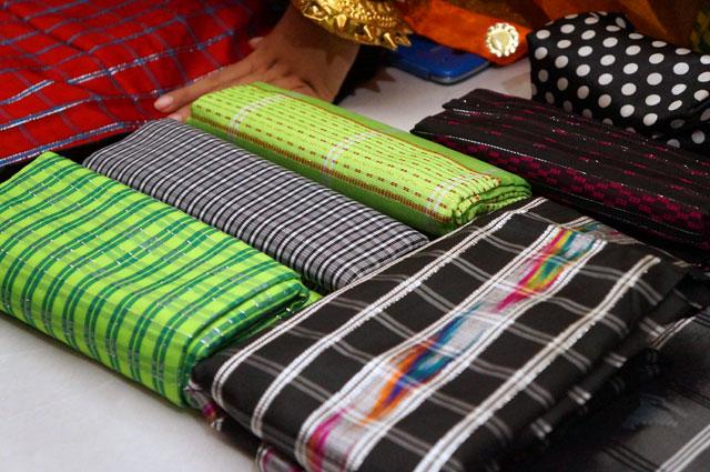 Yang unik dari kain tenun khas mandar adalah coraknya yang penuh warna.