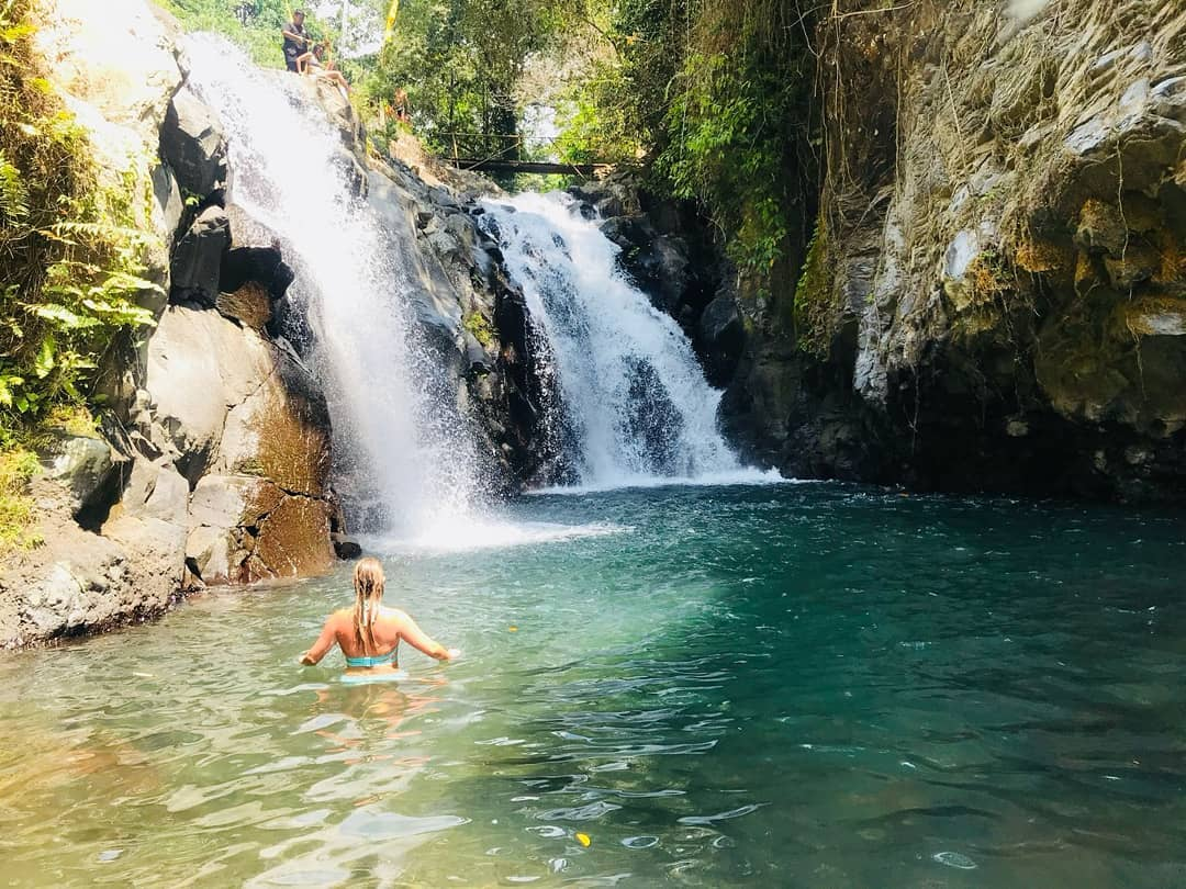Arriving at Aling Aling Waterfall Bali, the sound of water gurgling against the rocks creates a fresh and soothing atmosphere. @lisavanoort1