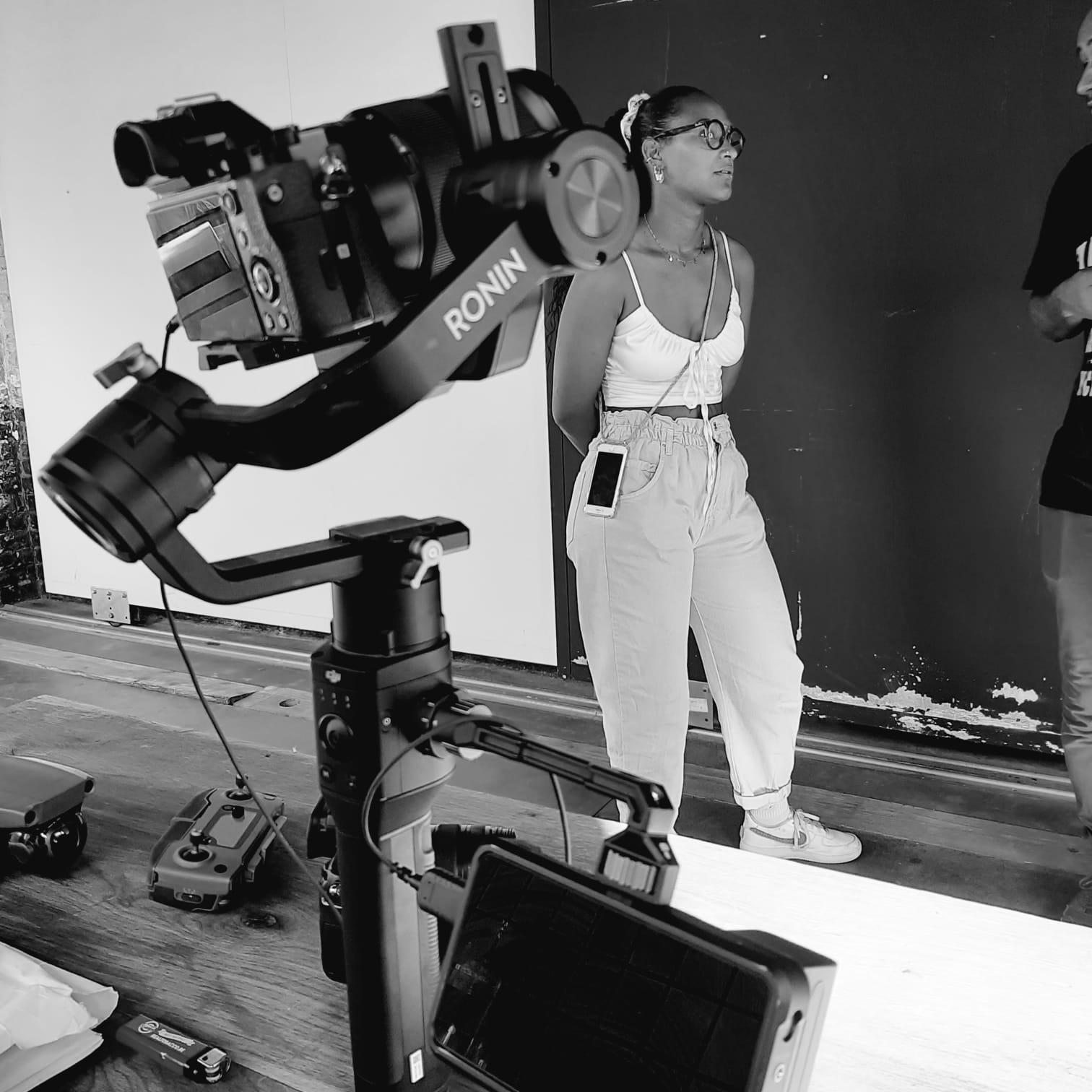 Matériel de tournage avec l'équipe en noir et blanc