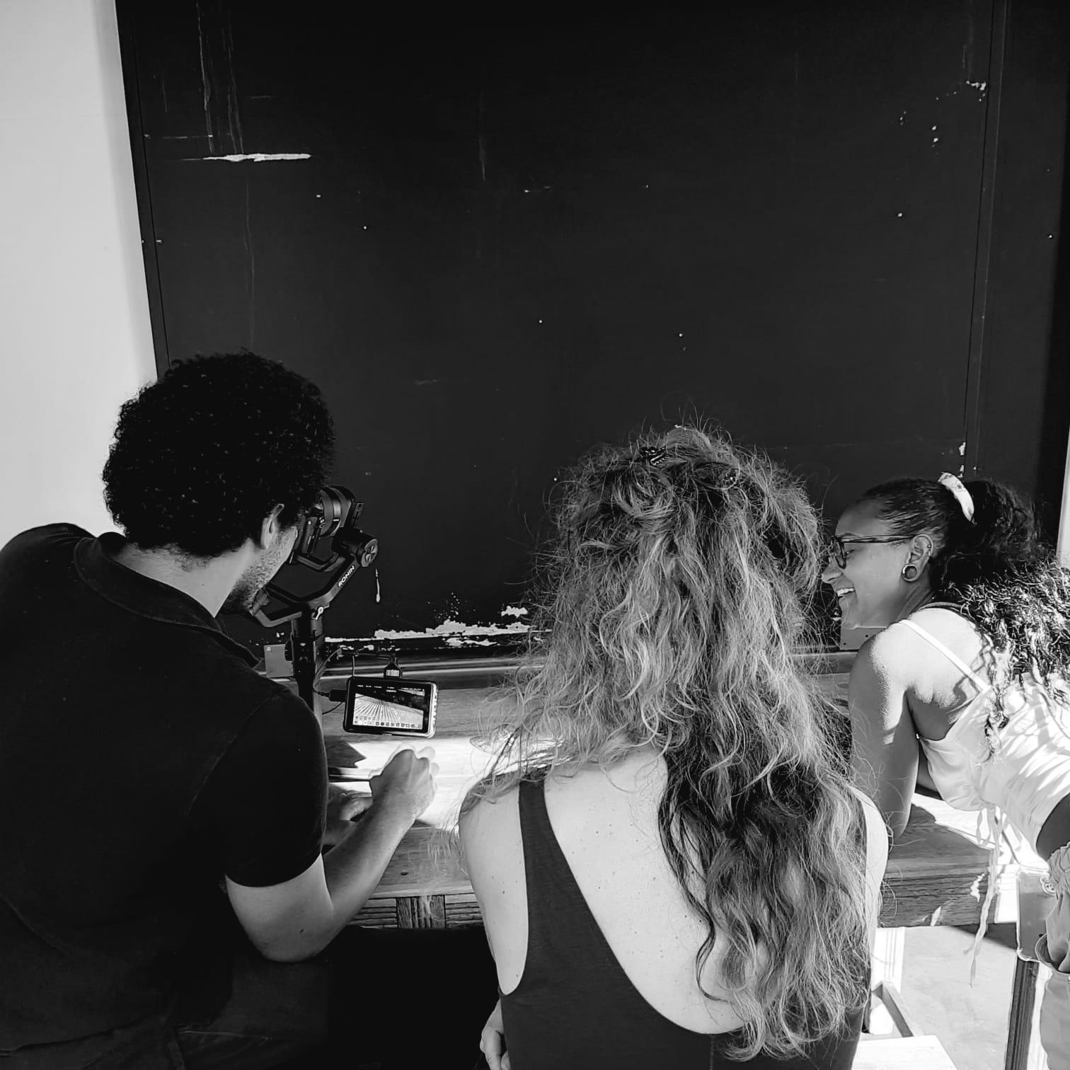 Photo noir et blanc de l'équipe travaillant sur un tournage