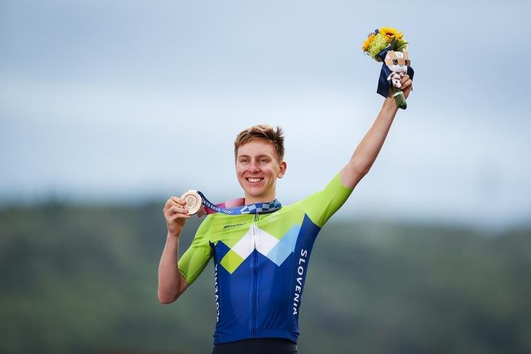 22-letni kolesarski as Tadej Pogačar je danes v Tokiu slovenskemu kolesarstvu priboril prvo olimpijsko kolajno. Ta je po pregledu fotofiniša zasijala v bronasti barvi in pomeni nov uspeh za slovenske šampiona, ki za pasom nosi že dve lovoriki z najprestižnejše dirke na svetu francoskega toura.