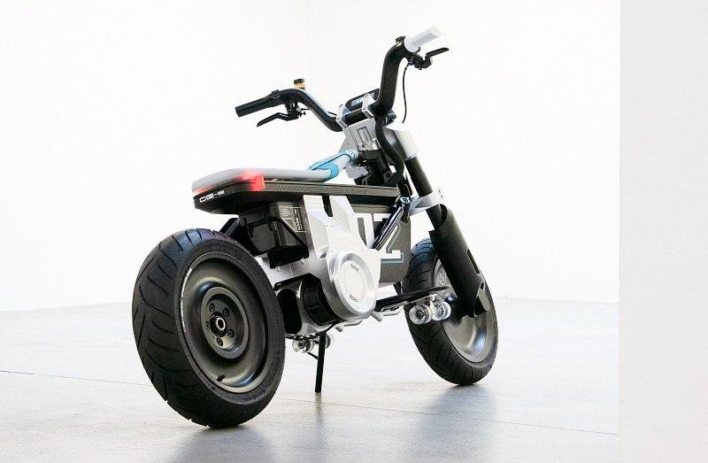 Čeprav je CE 02 za zdaj samo koncept, pa pri BMW-ju ne izključujejo možnosti, da bi ta koncept kmalu postal serijski model. Da je to pri njih mogoče so Bavarci pred kratkim dokazali z modelom CE 04, ki se je v relativno kratkem času iz koncepta prelevil v serijski električni skuter premijskega razreda.