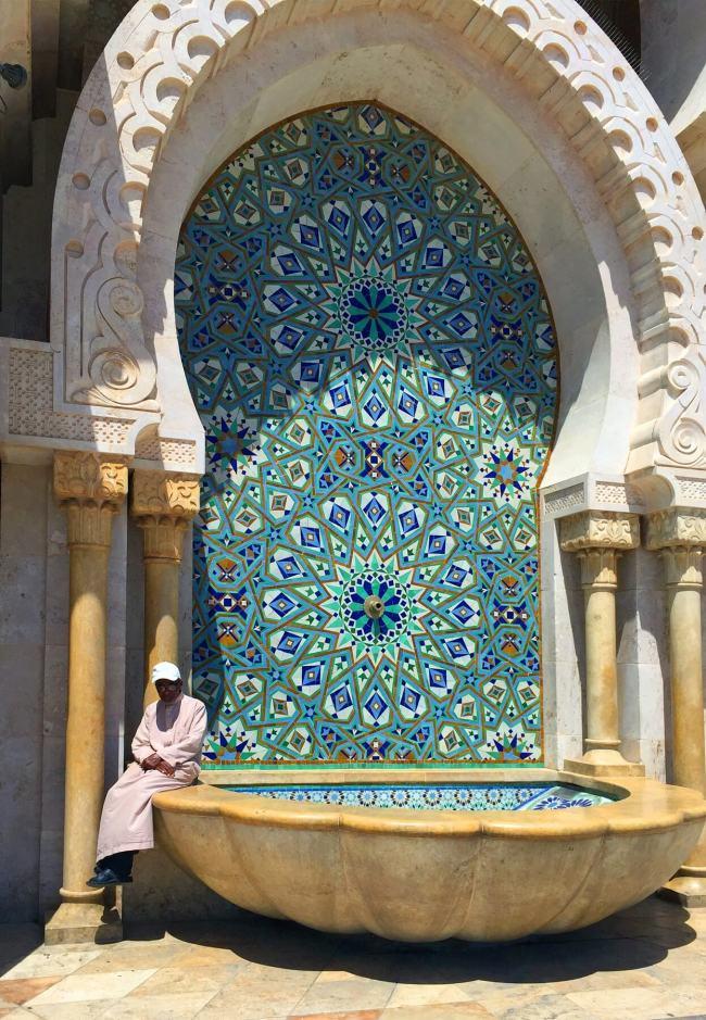 Cette immense fontaine, adossée à un mur de la mosquée, est absolument magnifique.