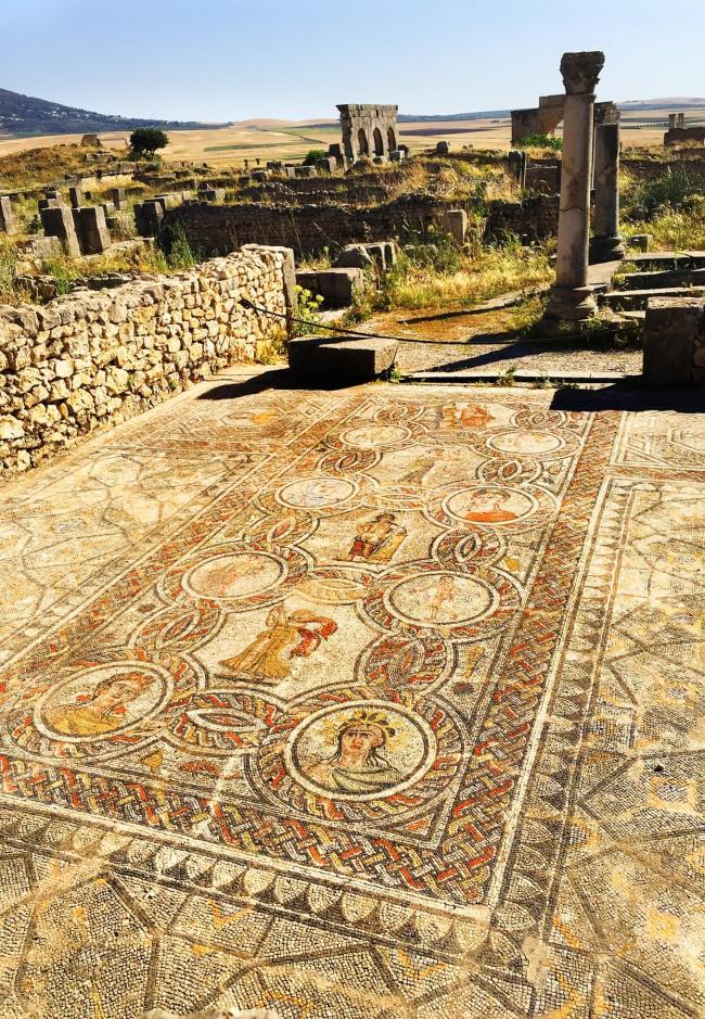 Avant de quitter Fès pour le Haut Atlas, le groupe a visité Volubilis, une ville romaine entièrement intacte, dotée de mosaïques colorées et de colonnes, qui a été découverte dans les années 1930.