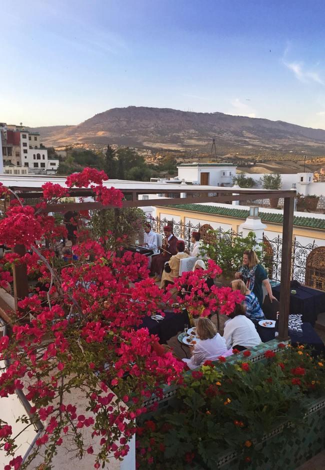 Le groupe organise une après-midi de fête avec champagne et musique marocaine au Palais Amani.