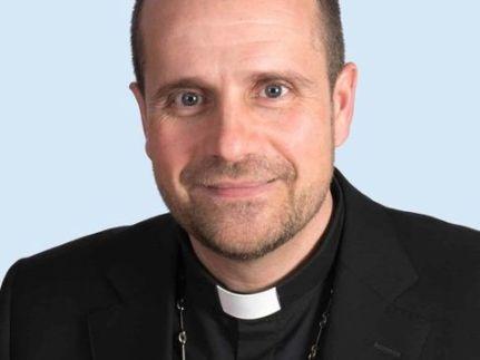 Bispo se apaixona por autora de livros eróticos e deixa a Igreja