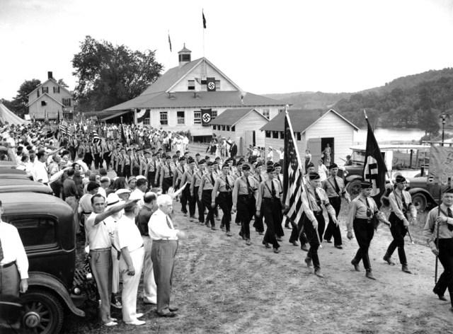"""18 lipca 1937 rok. Ponad tysiąc Amerykanów z opaskami ze swastykami na ramieniu, niosąc nazistowskie transparenty, paradowało ulicami New Jersey. Uroczystość została zorganizowana z okazji otwarcia oddziału Nordland w Sussex Hills. Dr Salvatore Caridi z Union City, rzecznik włosko-amerykańskich faszystów zwrócił się do Amerykanów jako """"nazistowskich przyjaciół""""."""