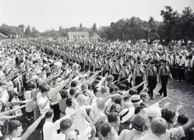 Dni Niemieckie w Camp Sigfried w Long Island. Amerykanie pozdrawiają nazistowską młodzież.