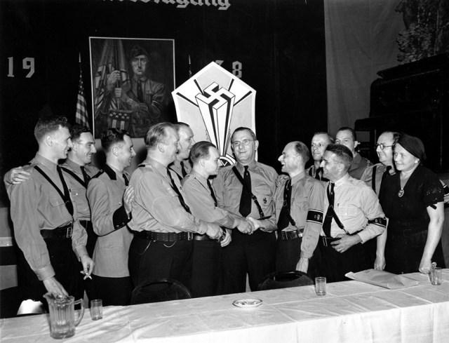 4 września 1938, Nowy Jork. Fritz Kuhn gratuluje amerykańskim nazistom zorganizowania corocznej konwencji Bundu.