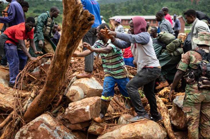 Members of the public and military personnel search for survivors and bodies in Ngangu township, Manicaland Province, Zimbabwe, on March 18 2019, after the area was hit by Cyclone Idai. #  Zinyange Auntony / AFP / Getty