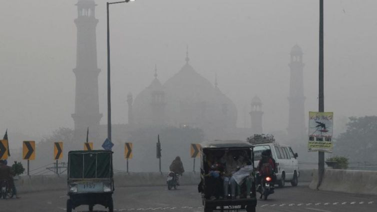 A road near the historical Badshahi mosque, as dense smog engulfed the neighbourhood of Lahore in November 2016. Credit: Foxnews/Wikimedia. CC BY-NC