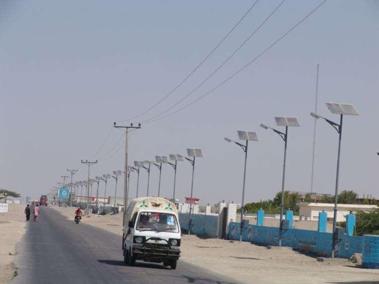 Solar-powered street lights in Gwadar city, Pakistan. Credit: wetlandsofpakistan/Wikimedia. CC BY-SA
