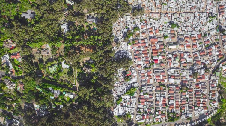 A snapshot of inequality in South Africa. Credit: Johnny Miller/Unequal Scenes, CC BY-SA