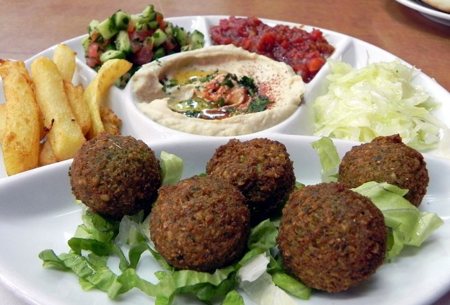 Falafel and Hummus | © WikiCommons young shanahan