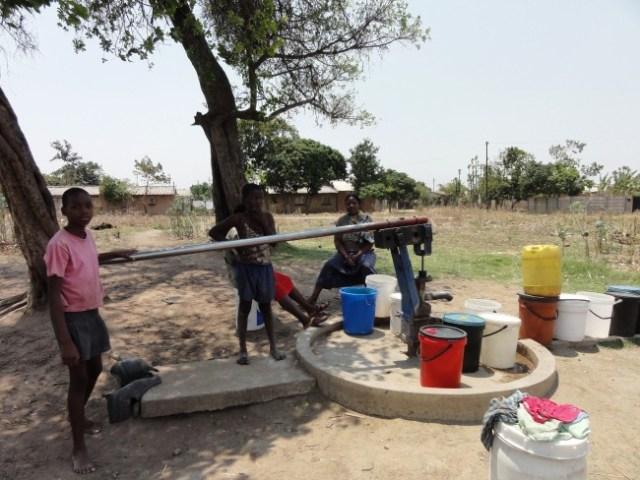 Drawing water in Zimbabwe| © P. Feiereisen/WikiCommons