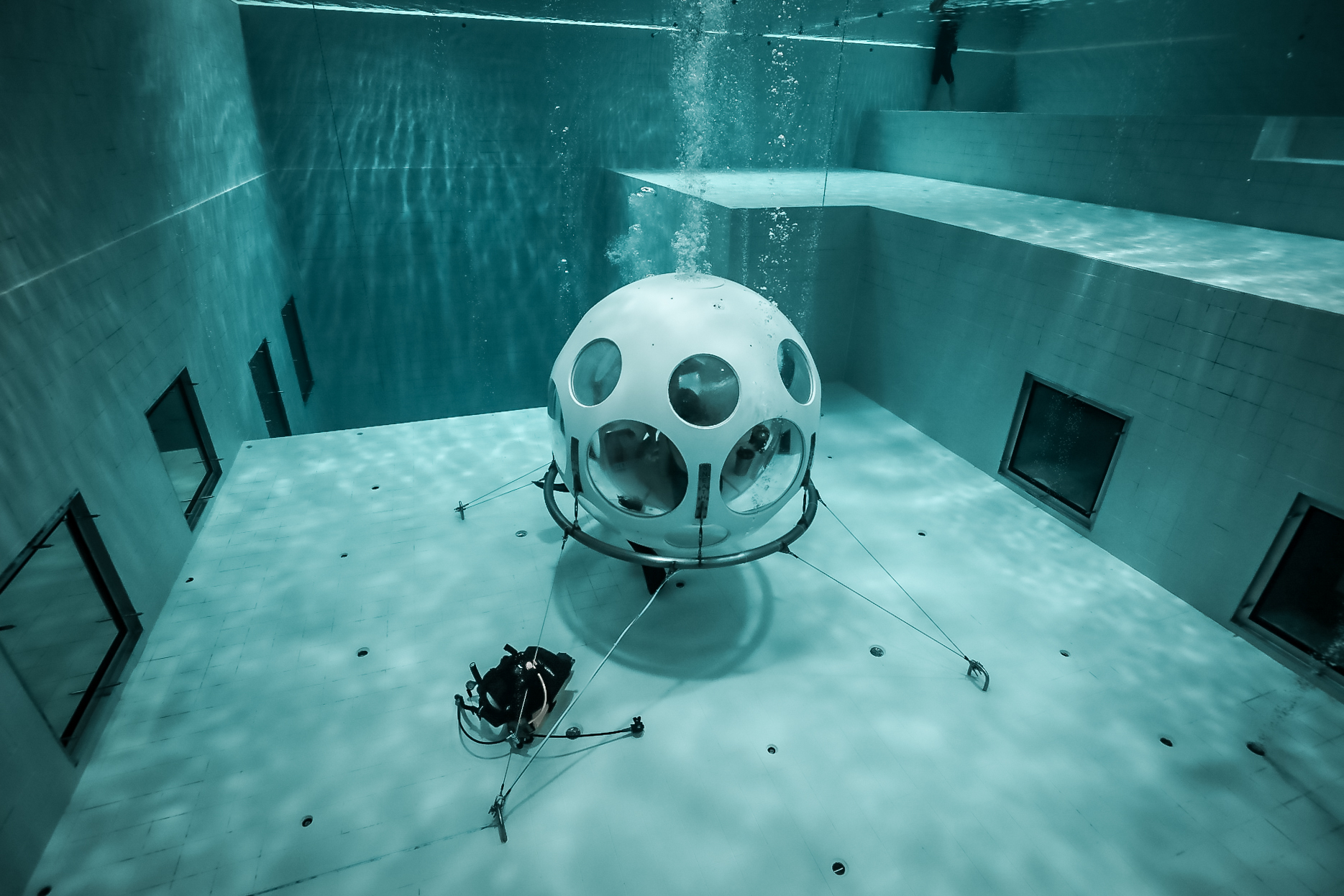You Can Now Dive To Dinner At Brussels New Underwater