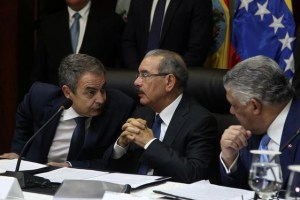 Former Spanish Prime Minister Jose Luis Rodriguez Zapatero, Dominican Republic's President Danilo Medina and Chancellor Miguel Vargas attend Venezuelan government and opposition meeting in Santo Domingo, Dominican Republic December 2, 2017. Credit: Reuters/Ricardo Rojas/Files