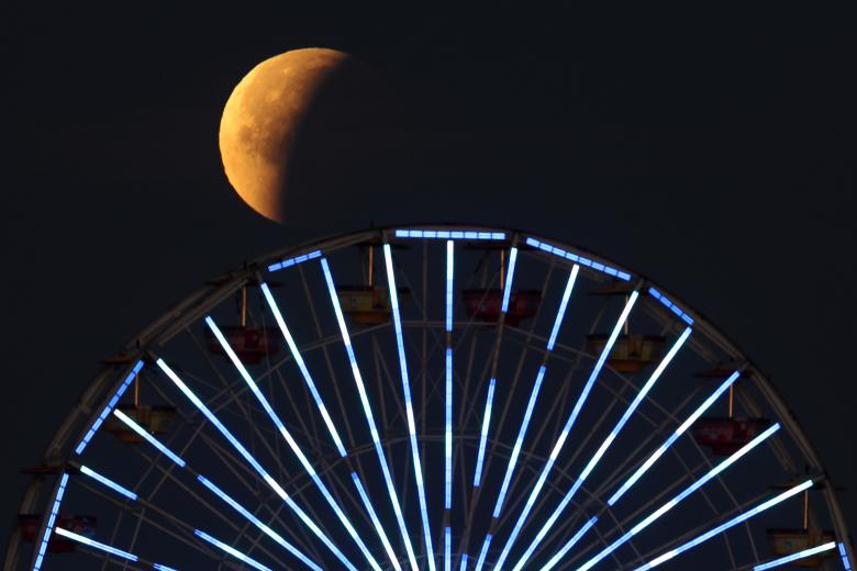 Super blue blood moon stuns stargazers all over the country