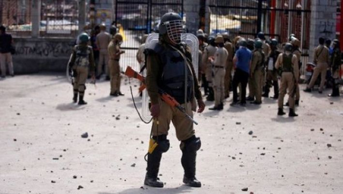 A policeman stands guard during a protest in Srinagar against the civilian killing in Panzgam, in Kashmir's Kupwara district, April 28, 2017. Credit: Reuters