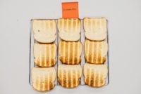 Нижняя часть тоста KitchenAid выглядит неравномерно коричневой с метками гриля.