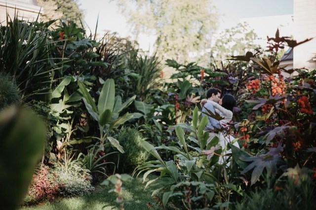 Engagement photography in Paris - Kiss in Jardin des plantes
