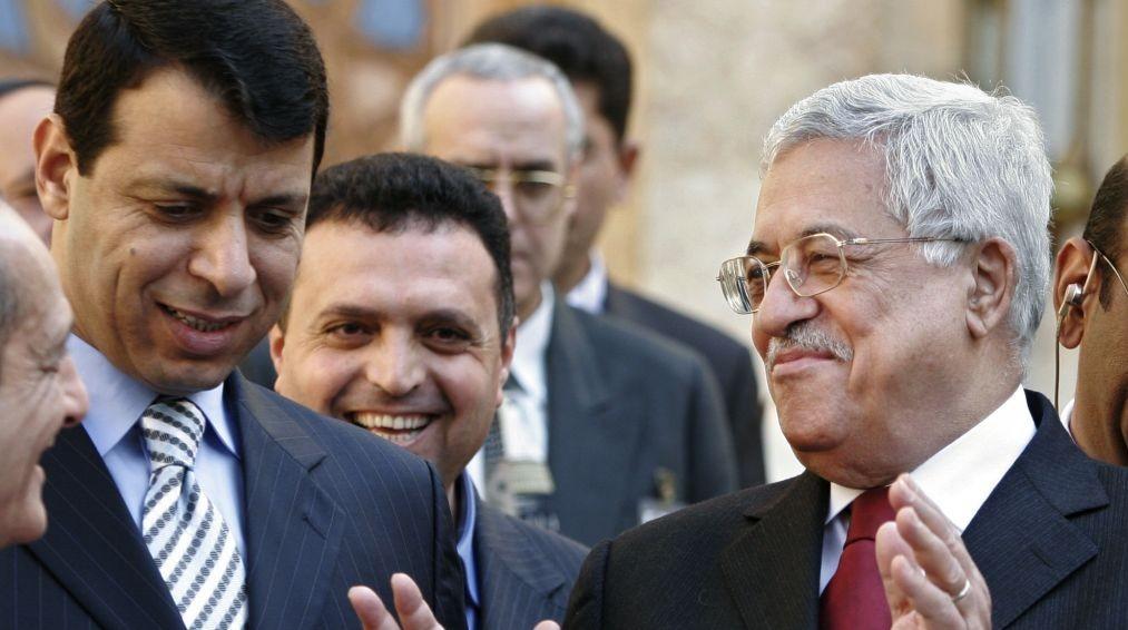 Presidente de la Autoridad Palestina, Mahmoud Abbas, a la derecha, y Mohammad Dahlan, izquierda, dejan una conferencia de prensa en Egipto, en febrero de 2007. (AP / Amr Nabil)