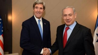 Poignée de mains entre John Kerry et Benjamin Netanyahu au cours du World Economic Forum à Davos en janvier 2014 (Crédit : PMO)