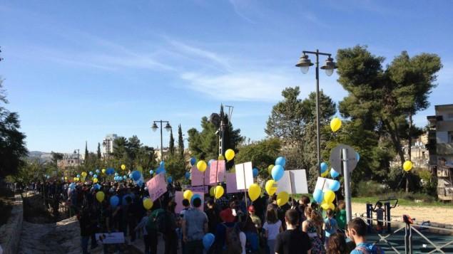 Marche pour une coexistence après l'incendie criminel de l'école judéo-arabe à Jérusalem (Crédit : Jessica Steinberg / Times of Israël)
